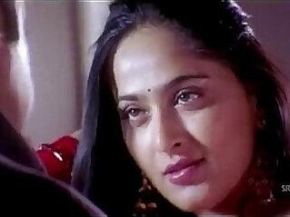 exposed - Anushka Shetty hot Saree Changing exposing her body